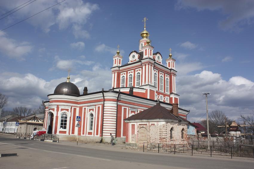 И здесь за собором видна красная крыша